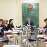 Премьер-министр обсудил на совещании проблему получения водительских прав (ФОТО)