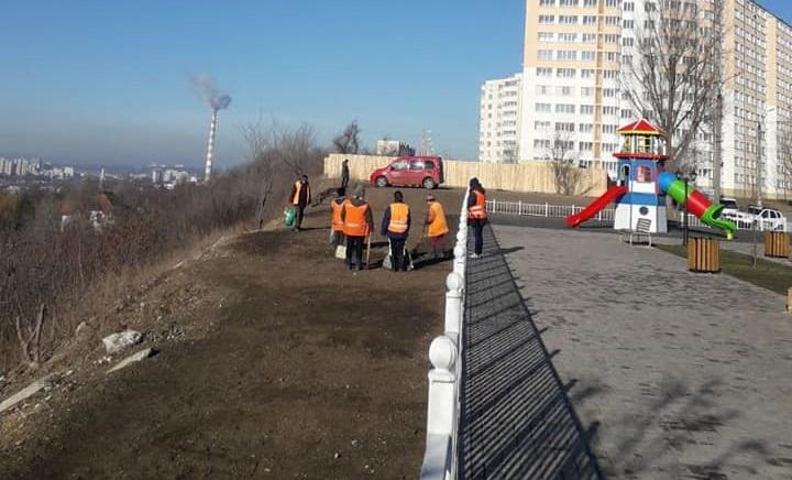 Молниеносная реакция: по распоряжению примара панорамную аллею на Чеканах очистили от окурков и мусора (ФОТО)