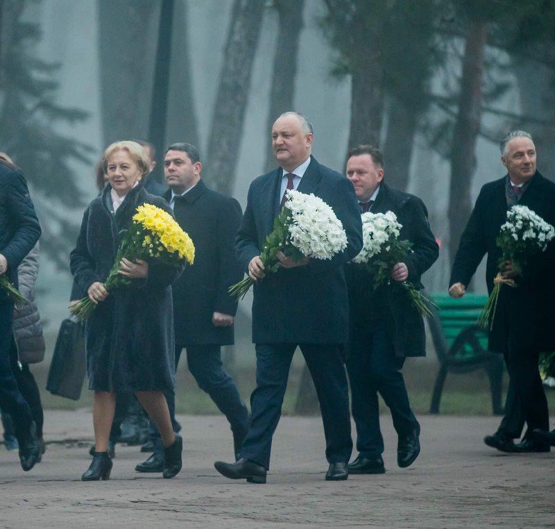 Руководство страны возложило цветы к бюсту Михая Эминеску по случаю годовщины со дня его рождения (ФОТО, ВИДЕО)