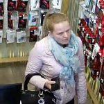 Девушка в Бельцах украла наушники — полиция просит помощи в её поисках (ВИДЕО)