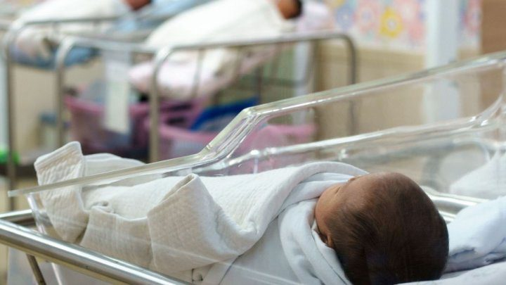 Врачи осмотрели младенца, брошенного на входе в общежитие: ему еще нет и месяца