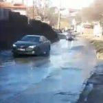 Одна из улиц на Ботанике превратилась в реку из-за прорыва трубы (ВИДЕО)