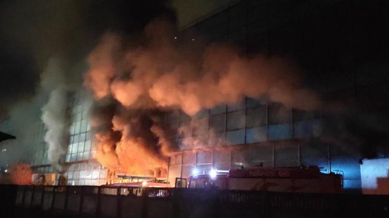 """Горит помещение на первом этаже завода """"Мезон"""": с пламенем борются более 55 пожарных (ФОТО)"""