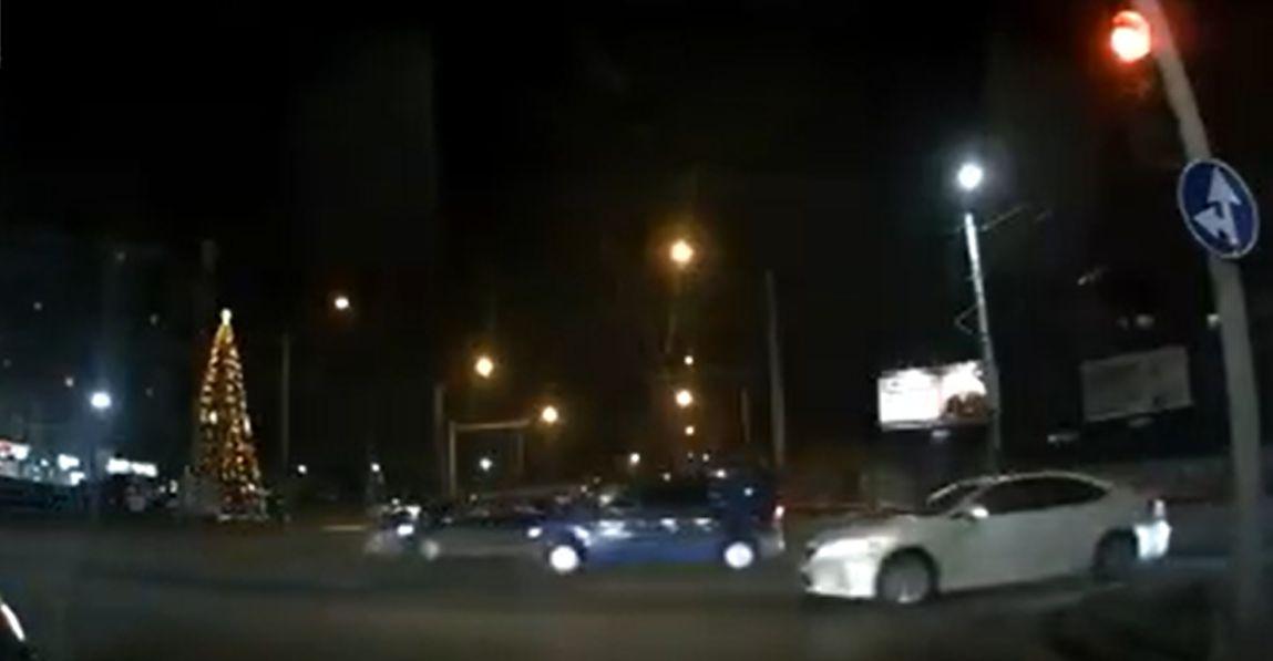 На Ботанике автомобиль протаранил машину, проехавшую на красный свет (ВИДЕО)
