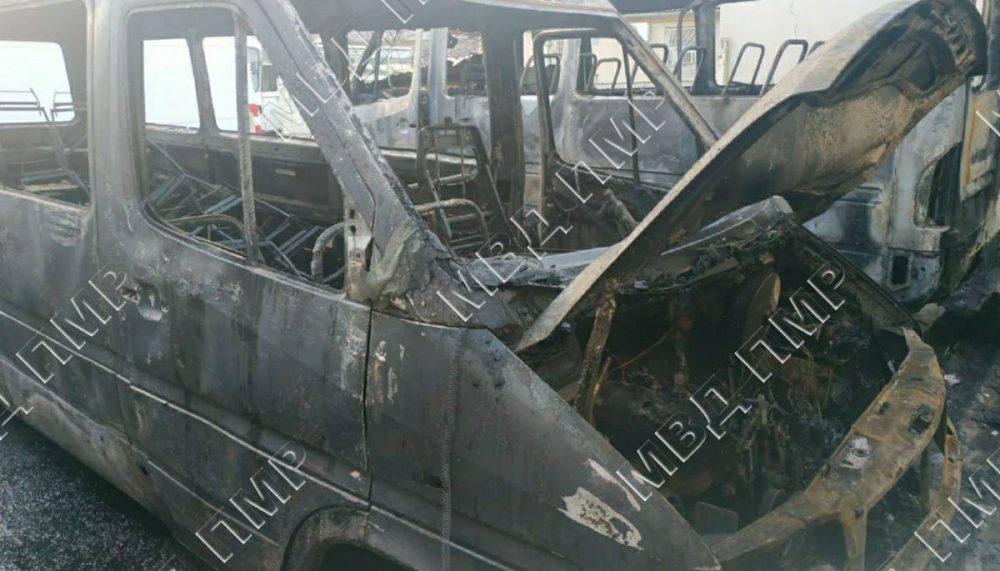 Замкнуло провода: в Тирасполе ночью сгорел микроавтобус
