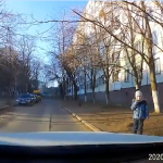 В столице ребёнок едва не попал под колёса автомобиля (ВИДЕО)