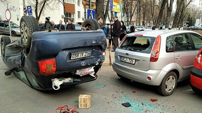 Серьёзное ДТП в центре столицы: машина перевернулась на крышу (ФОТО)