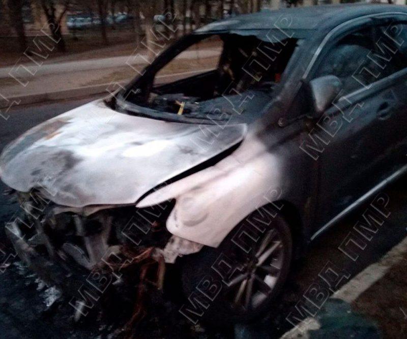 В Тирасполе ночью сгорел автомобиль: предполагается поджог (ФОТО)