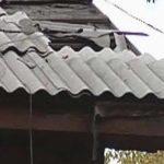 Шквалистый ветер разрушил крышу фермы в Томае