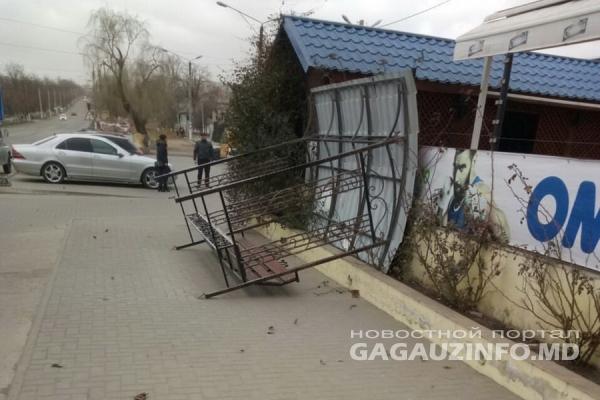 Вырвал с корнем: в Чадыр-Лунге шквалистый ветер снёс остановку (ФОТО)