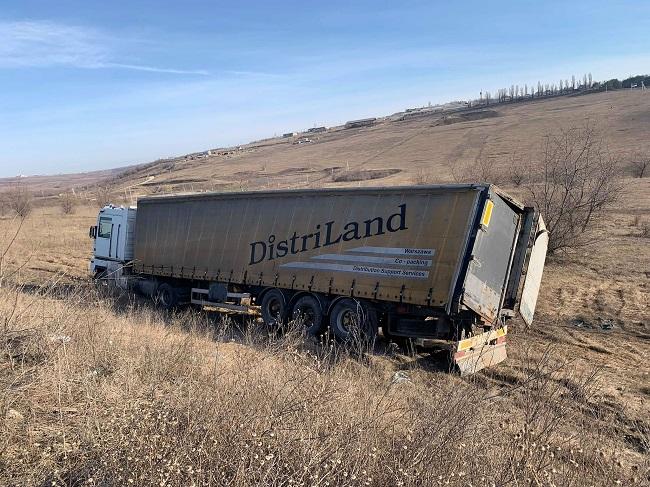 В Яловенах водитель грузовика вылетел с трассы из-за ослепившего его встречного автомобиля (ФОТО)