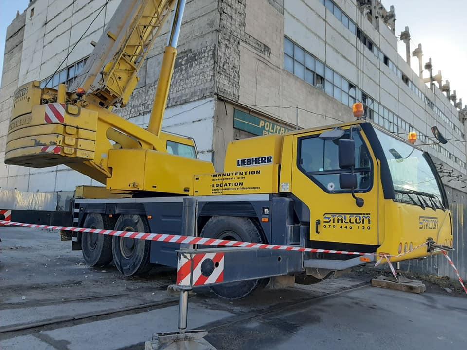 На Чеканах ведутся работы по сносу аварийного здания: дорожное движение будет восстановлено в конце февраля (ФОТО)