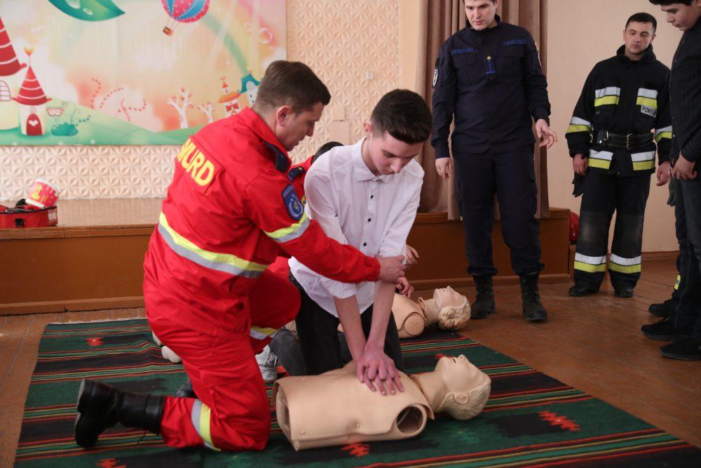 Спасатели учили школьников оказывать первую помощь (ФОТО, ВИДЕО)