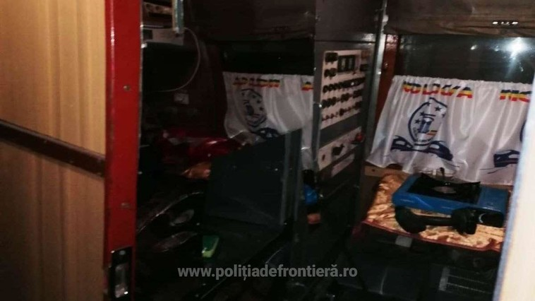 """Пограничники нашли крупную партию сигарет с акцизами РМ в вагонах поезда """"Кишинёв-Бухарест"""" (ВИДЕО)"""