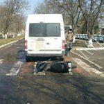 Водитель микроавтобуса сбил мопедиста, сдавая назад