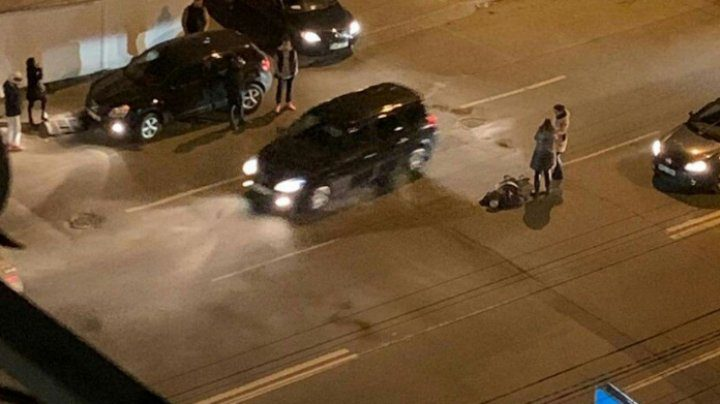 В столице автомобиль сбил переходившего дорогу в неположенном месте пешехода (ВИДЕО)