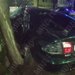 Авария в Тирасполе: водитель влетел в бордюр и протаранил дерево (ФОТО)