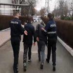 Отобрали у приятеля телефон, угрожая ножом: в столице задержали двоих рецидивистов (ВИДЕО)