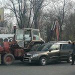 Трактор и легковушка не поделили пустой перекрёсток в Кишинёве