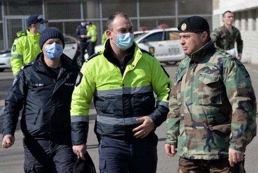 На страже порядка: полиция и военные вместе патрулируют улицы (ВИДЕО)