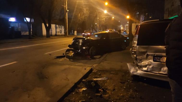 """Цепное ДТП в столице: BMW разбился """"всмятку"""" о припаркованные авто (ФОТО)"""