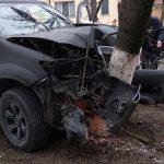 Жуткое ДТП на Телецентре: водитель пикапа врезался в дерево (ФОТО)