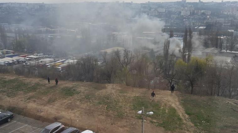 Сильный пожар на Чеканах: горит автосервис