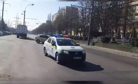"""Полицейские продолжают патрулировать улицы столицы с призывом: """"Оставайтесь дома!"""" (ВИДЕО)"""