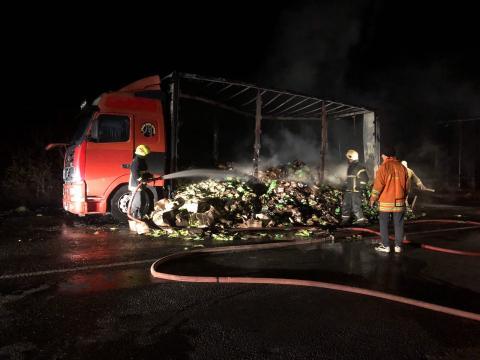 В Каушанах потушили загоревшийся на ходу грузовик с семенами подсолнечника (ФОТО)