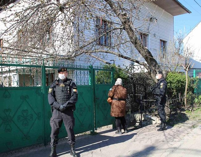 Полицейские сопровождают почтальонов, которые разносят пенсии и пособия по домам (ФОТО)