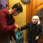 Молодогвардейцы приходят на помощь пожилым людям (ФОТО)