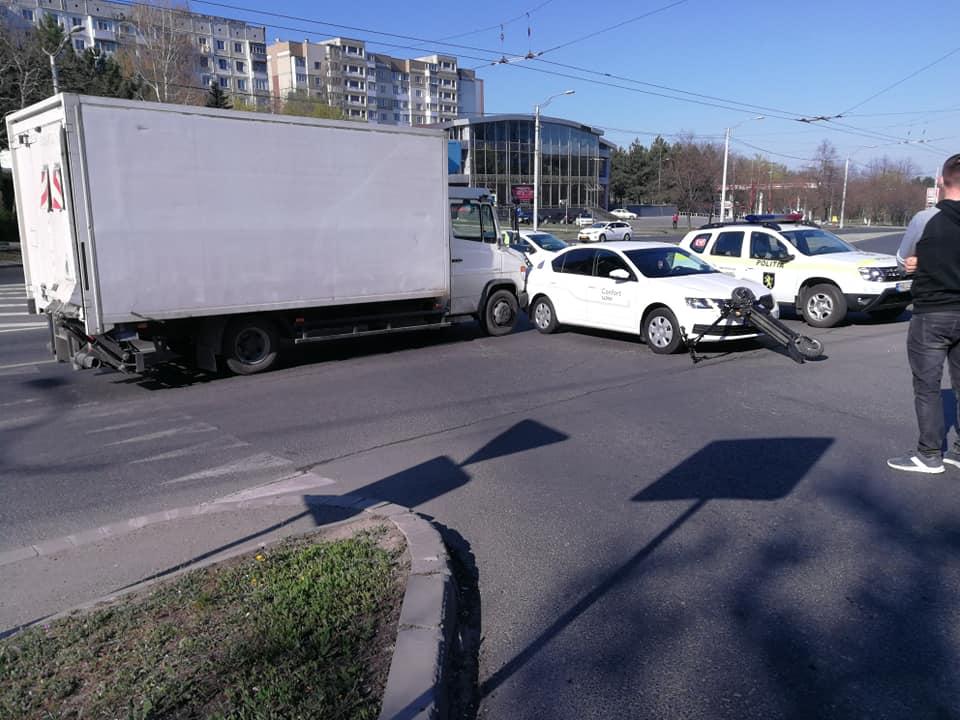В столице автомобиль такси сбил мужчину на электрическом самокате (ФОТО)