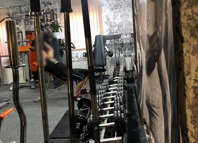 Ни дня без качалки: полицейские прикрыли работающий в разгар пандемии спортзал (ФОТО)