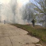 Всё в дыму: в Кишинёве загорелась сухая трава, пламя подобралось к домам людей (ФОТО)
