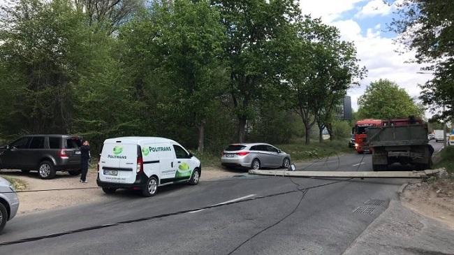 ЧП в Кишинёве: столб рухнул прямо на проезжую часть и придавил машину (ФОТО)