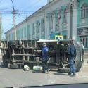Серьёзная авария в столице: грузовик перевернулся после столкновения с микроавтобусом (ВИДЕО)