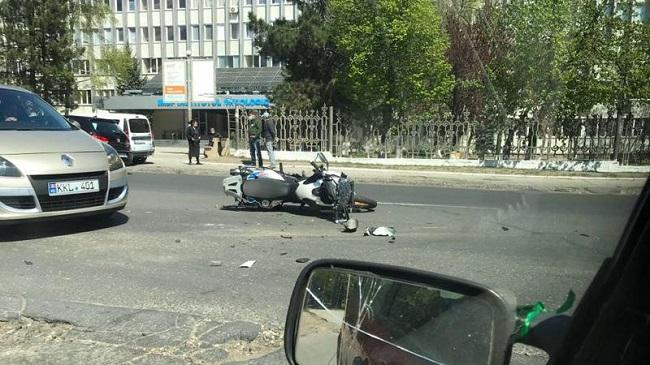 Серьёзное ДТП в столице: мотоцикл на высокой скорости врезался в машину (ФОТО)
