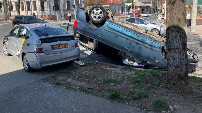 ДТП в столице: легковушка столкнулась с такси и перевернулась (ФОТО)