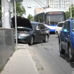 """ДТП в центре столицы: водитель пытался не задеть другое авто, но """"угодил"""" в столб (ВИДЕО)"""