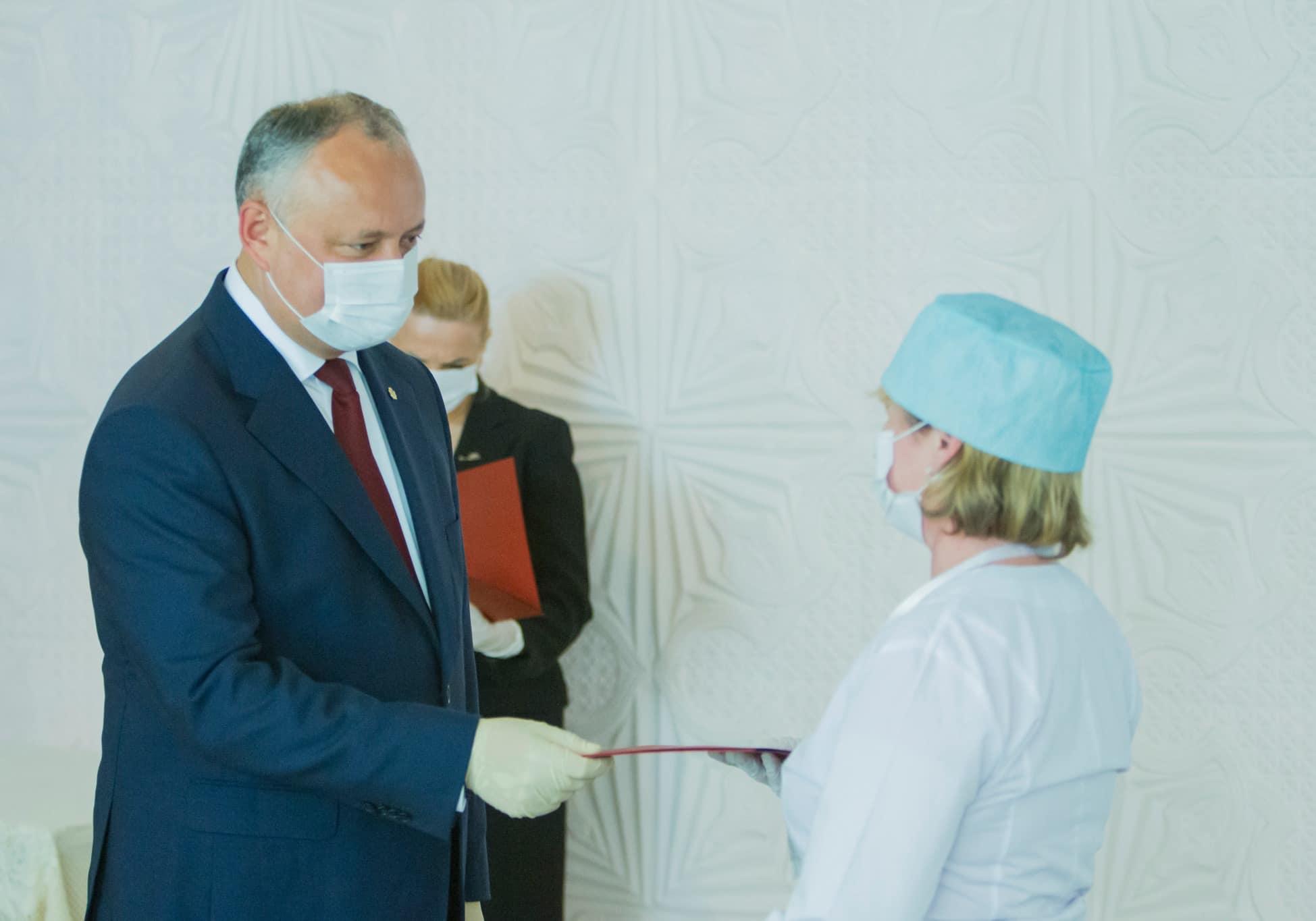 Президент вручил почетные дипломы работникам детской больницы имени Игнатенко (ФОТО, ВИДЕО)