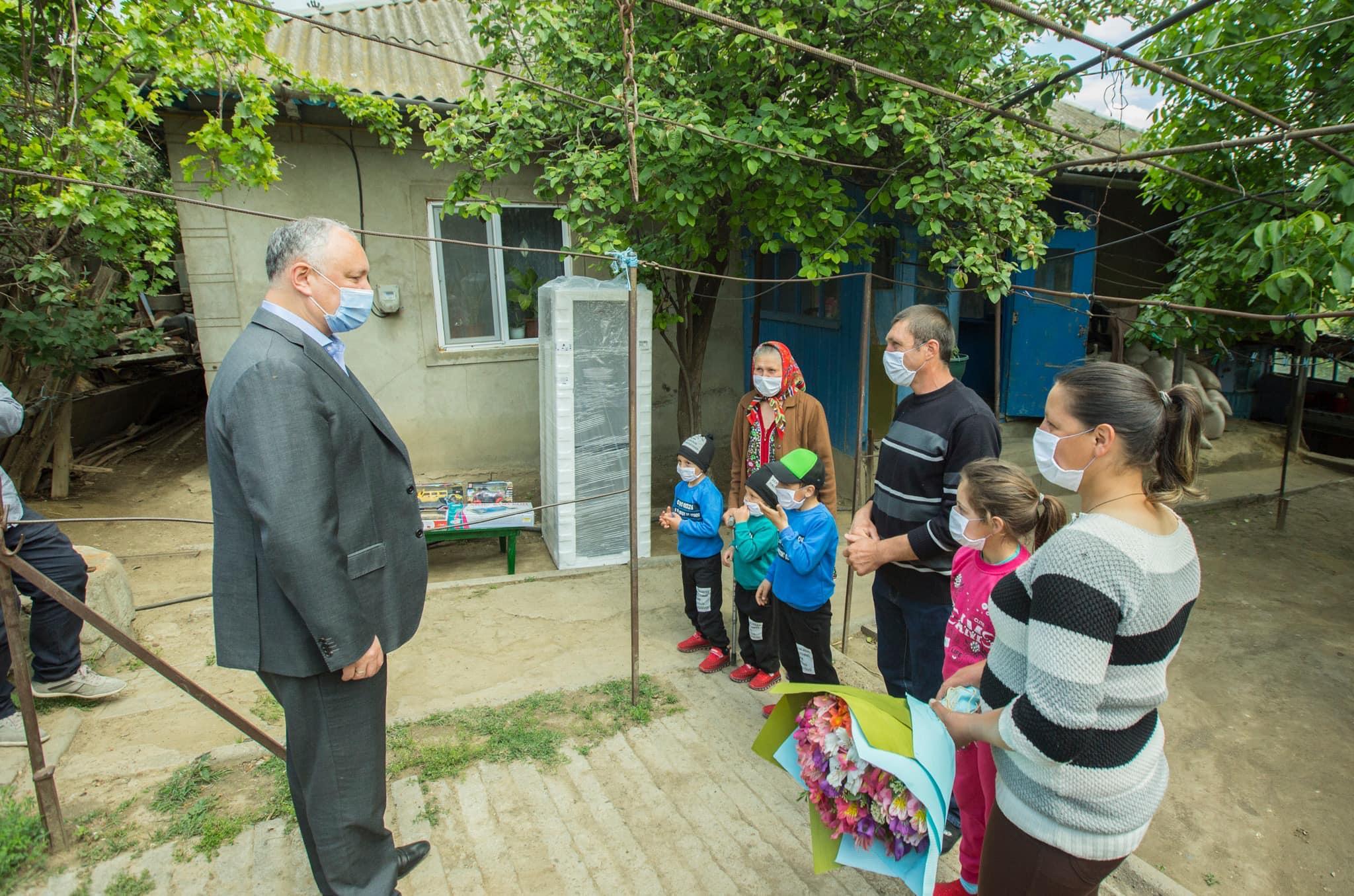 Президент навестил в Кагуле с подарками двух ветеранов ВОВ и две многодетные семьи (ФОТО)