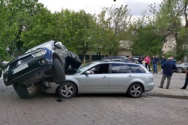 Авария в Чадыр-Лунге: легковушка оказалась под джипом (ВИДЕО)