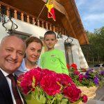 Президент опубликовал фото с женой и младшим сыном: Семья - это всё для меня!