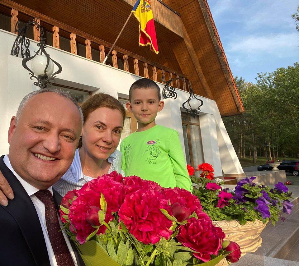Президент опубликовал фото с женой и младшим сыном: Семья – это всё для меня!