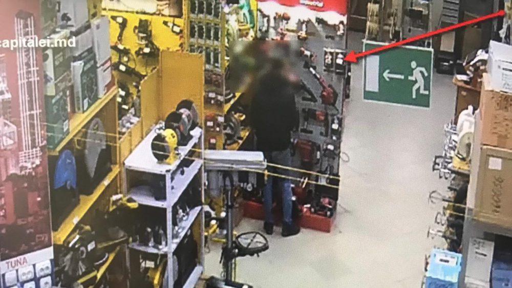 Вор попал в объектив камеры в момент кражи инструмента в магазине