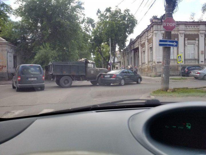 Грузовик и легковушка не поделили перекрёсток в центре столицы (ФОТО)
