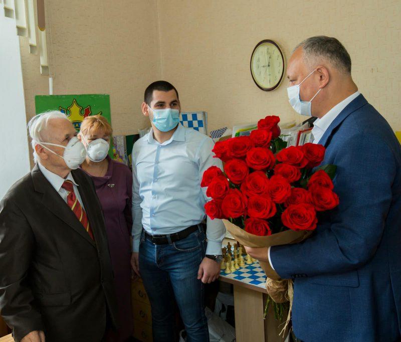 Игорь Додон поздравил с 85-летием почетного президента Шахматной федерации Молдовы (ФОТО, ВИДЕО)