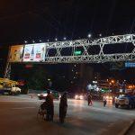 На мосту у Цирка эвакуируют рекламное панно (ФОТО, ВИДЕО)