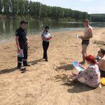 Спасатели рассказали о профилактике COVID-19 отдыхающим на пляже в Вадул-луй-Водэ (ФОТО)