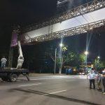 Пошёл под снос: на Буюканах демонтировали большой рекламный щит над дорогой (ФОТО)